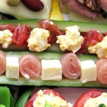 生ハムとチーズのキュウリボートサラダ&トマトとゆで卵のキュウリボートサラダ