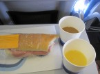 最初の機内食 スペイン時間26日の朝ごはん