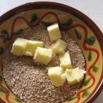 メープルシュガーの上に小さく切ったバターを乗せる