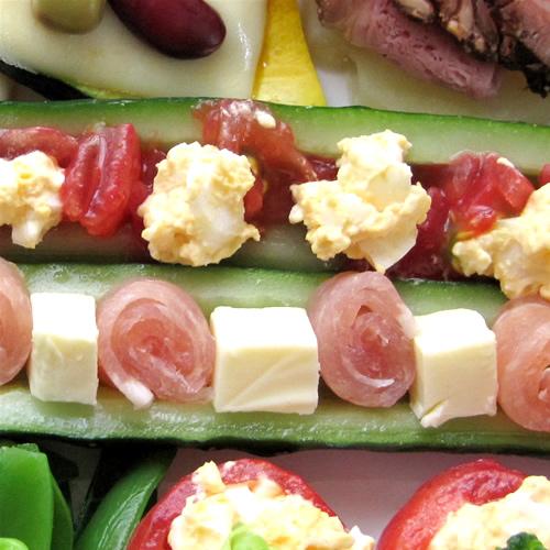 生ハムとチーズのキュウリボートサラダ