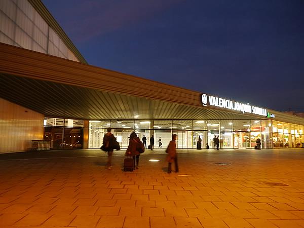 まだ薄暗いバレンシア駅