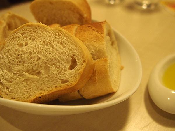 パンにオリーブオイルをつけて